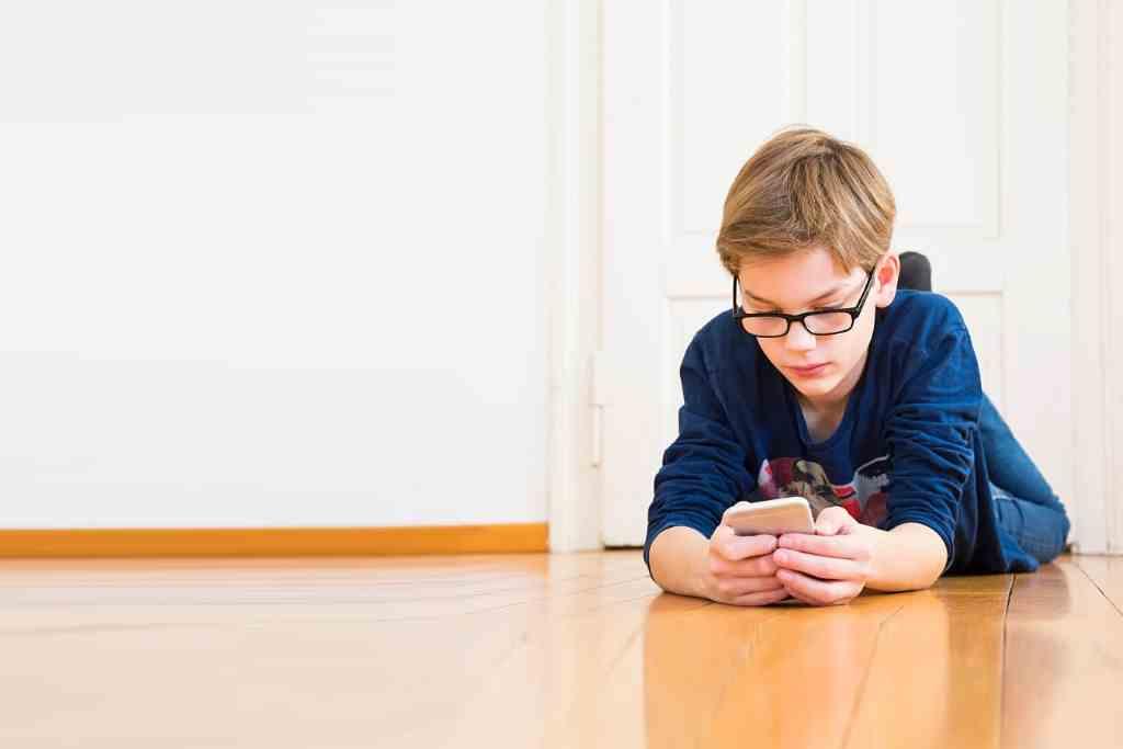 Dad, Mom: I want a smartphone! ... the door to myopia